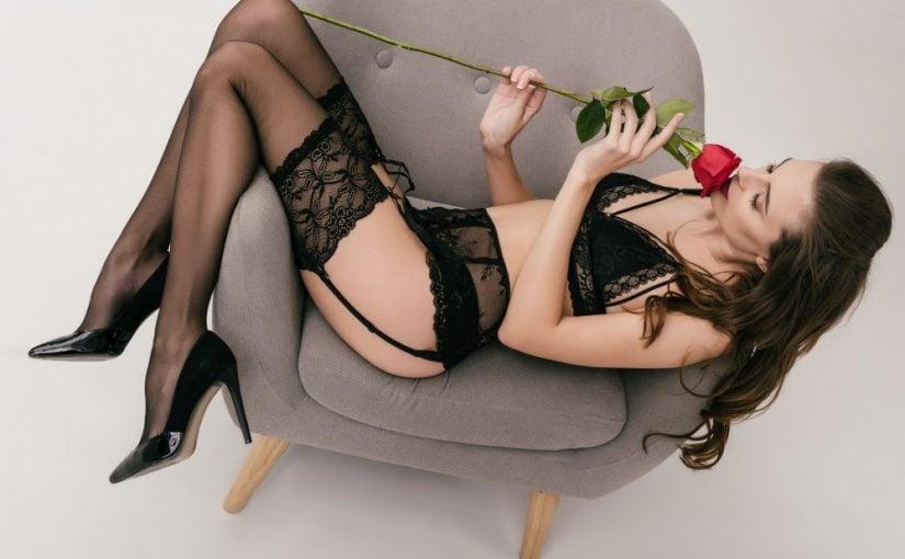SSexet kvinde iført sort lingeri der holder en rød rose