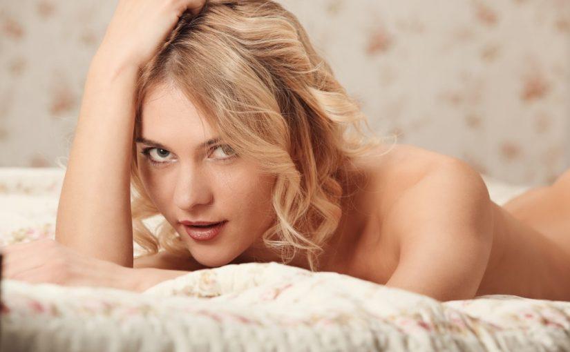 Nøgen kvinde på sengen